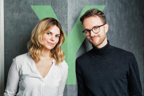Das Bild zeigt Tanja Hille und Vincent Venus. Sie produzieren den Y Politik-Podcast. Dieser Politik-Podcast behandelt Lösungen statt Probleme.