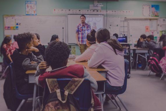 Das Foto zeigt eine Szene in der Schule. Es illustriert eine Podcast-Folge zur Schule der Zukunft.