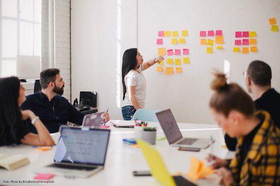 Das Foto zeigt eine Bürosituation. Es bebildert eine Y Politik-Podcast-Folge zur Rolle von Betriebsräten in Zeiten von New Work.