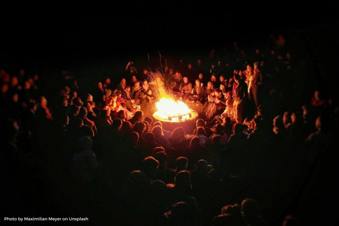 Das Bild zeigt ein Lagerfeuer und illustriert eine Podcast-Folge zur Idee der Europa-Ferien, die den europäischen Gemeinschaftssinn steigern würden.