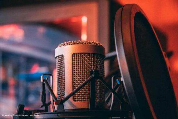 DIes ist das Beitragsbild zur Y Politik-Podcast-Folge über die Motivation und Produktion von Politik-Podcasts in Deutschland. Es zeigt ein Mikrofon.