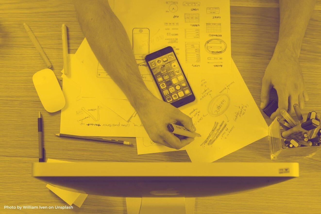 Das Foto zeigt zwei Hände, die vor einem Bildschirm arbeiten. Das Titelbild illustriert die Folge 52 des Y Politik-Podcasts zur Frage, wie politisch die Berufswahl ist.