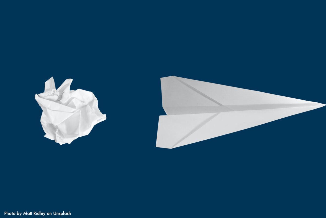 Das Bild zeigt einen zerknüllten Zettel, der zum Papierflieger wird. Es bebildert einen Artikel über Startups in der Politik, unter anderem Join Politics und Brand New Bundestag.