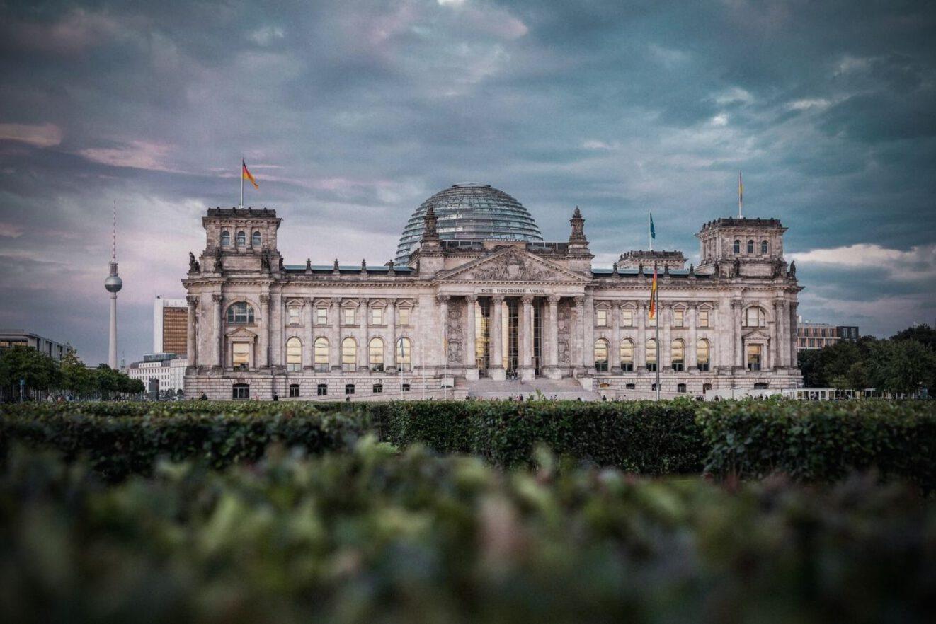 Das Foto zeigt den Reichstag. Der Bundestag 2021 könnte der jüngste aller Zeiten werden.